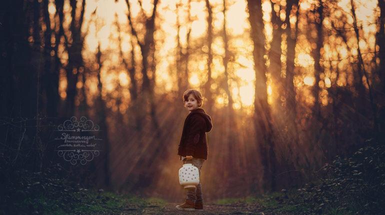 Kinderfotografie im Wald – zauberhafte Märchenfotos mit Einhorn
