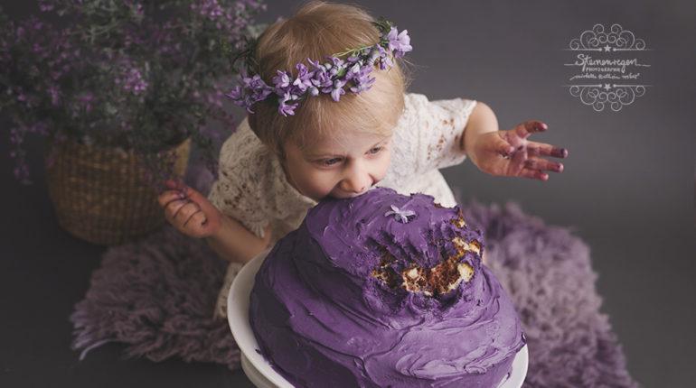 Cakesmash-Fotoshooting mit 3 Jahren in lila