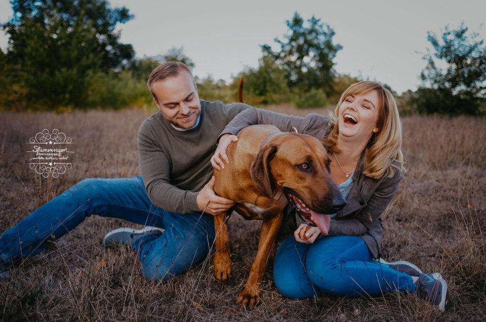 Paarshooting mit Hund – Familienfotografie mal anders – Herbstfotos bei Karlsruhe