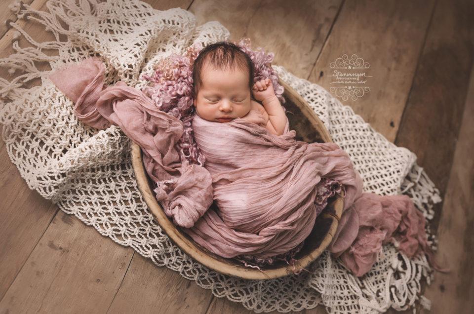 Eingekuschelt und Zufrieden beim Neugeborenenshooting