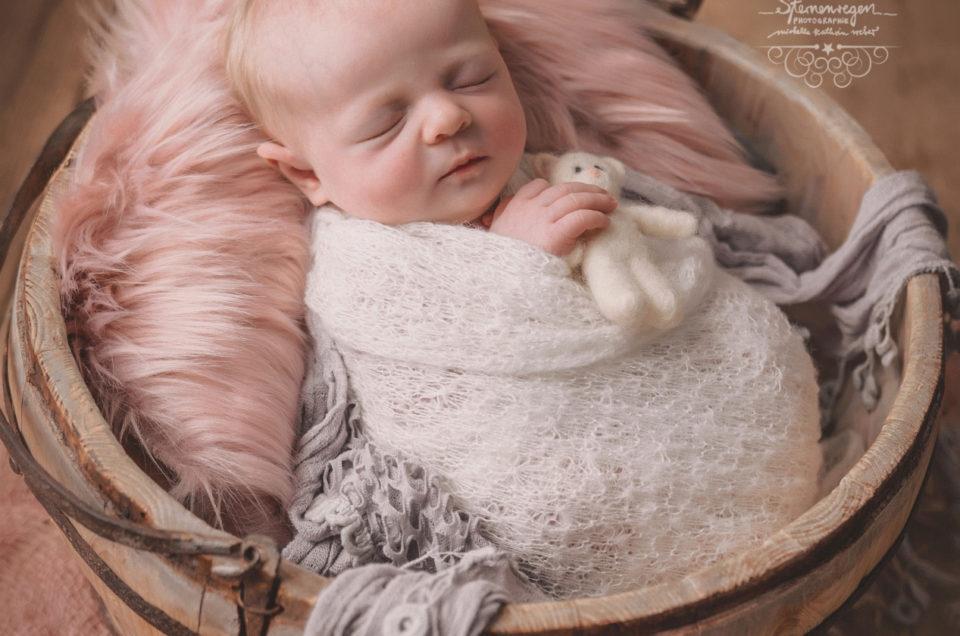 Neugeborenenfotografie bei Sternenregen Photographie- von zufriedenen Babys und dem richtigen Pucken