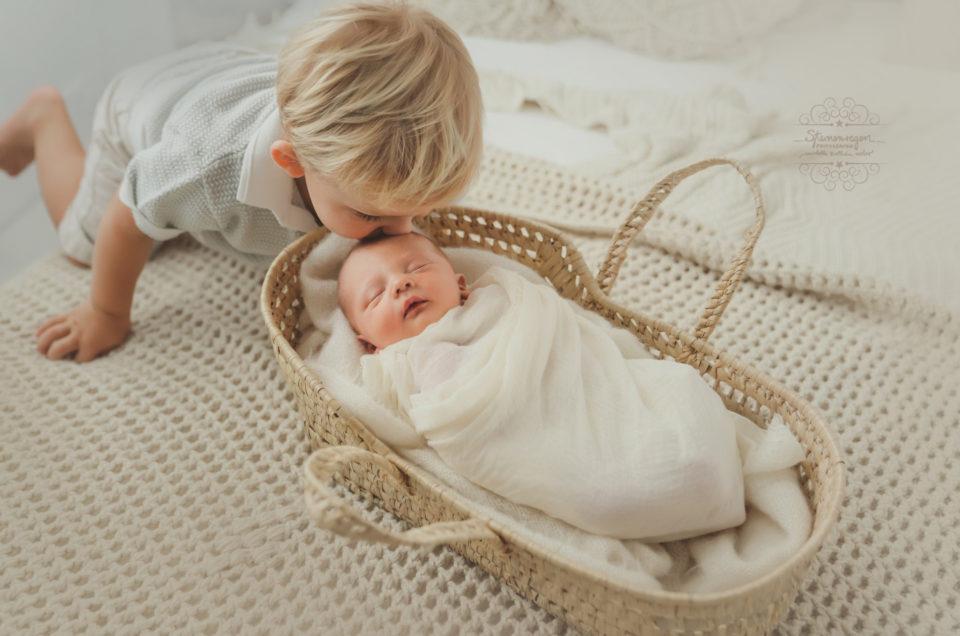 Geschwisterbilder fester Bestandteil eines Newbornshooting bei Sternenregen Photographie