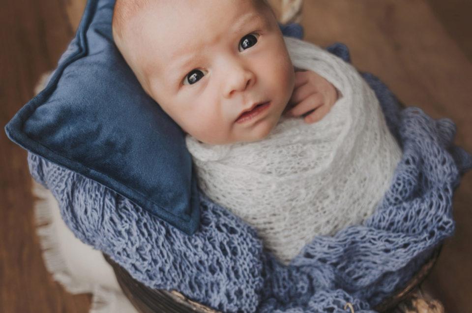 Aufgeweckte Neugeborene im Atelier in Stutensee- Newbornsession
